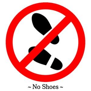 Pielieciet mājās pie durvīm šādu zīmi un pasludiniet savas mājas par no kurpēm brīvu zonu!